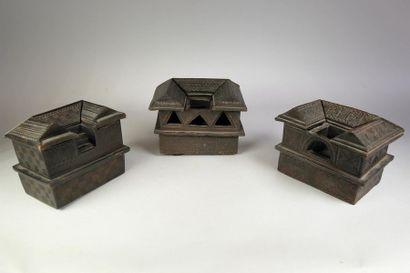 Trois boites en bois sculpté en forme de...