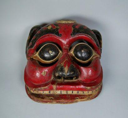 Masque de théâtre en bois figurant une tête...