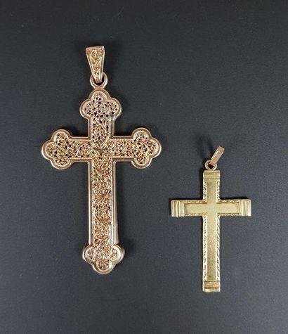 Ensemble de deux croix en or jaune 18K (750°/°°),...