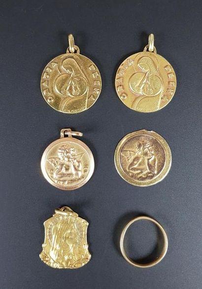 Lot de cinq médailles et une alliance en...