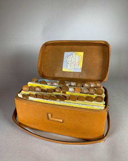 LANCEL Petite sacoche en cuir fauve contenant...