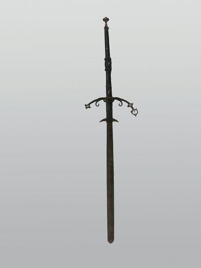 Grande épée à deux mains, lame gravée à l'eau...