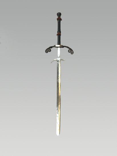 Epée à deux mains, larges quillons spiralés,...
