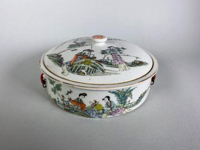 Terrine couverte de forme ronde, en porcelaine...