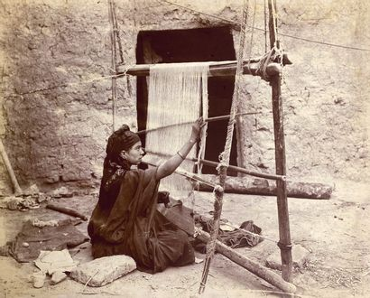 Lot de cinq photographies de femmes algériennes...