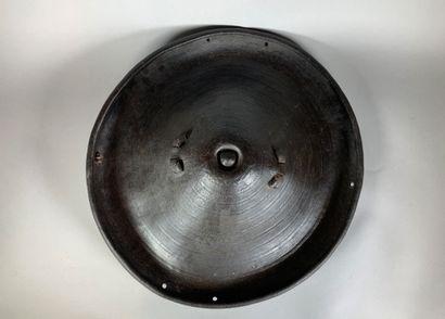 Bouclier en cuir.  Afrique, XXe siècle.  D...