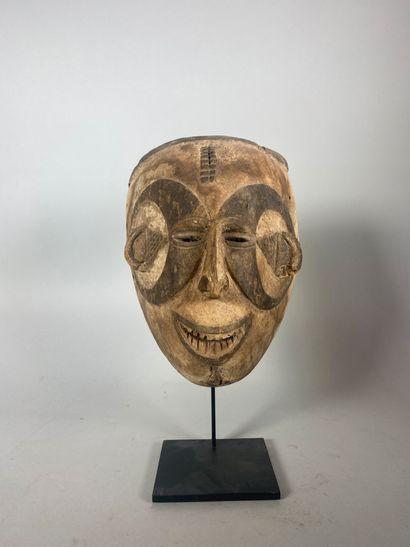Masque masculin en bois sculpté à rehauts...