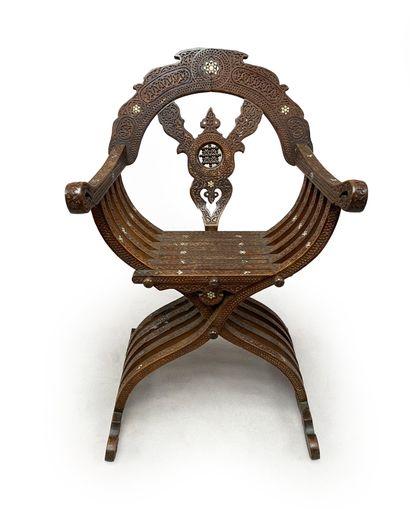 Chaise pliante en bois sculpté et incrusté...