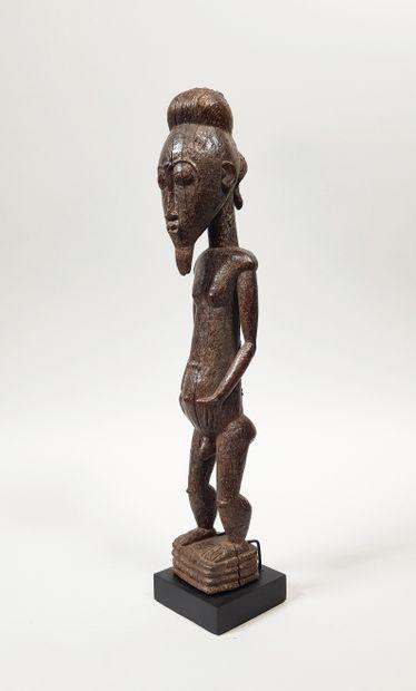 Ancienne statuette masculine en bois patiné...