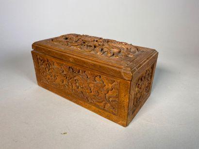 Boite à couture en bois de santal sculpté...
