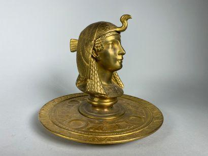Encrier en bronze doré représentant une figure...