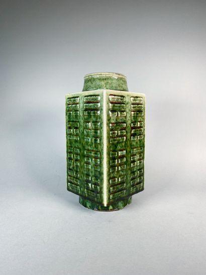 Vase de section quadrangulaire en porcelaine...