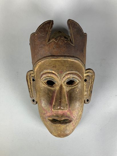 Masque en bois sculpté. Trace de polychromie....