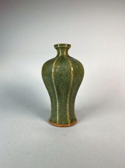 Vase balustre à pan coupés en porcelaine...