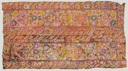 Grande tapisserie à motifs géométriques colorés....