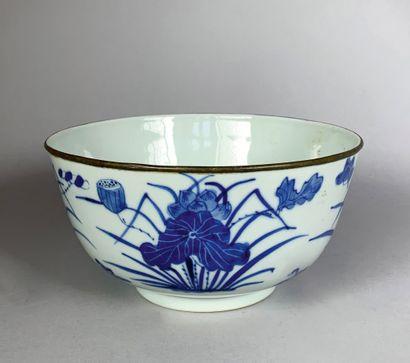 Bol en porcelaine bleu-blanc à décor de groupes...