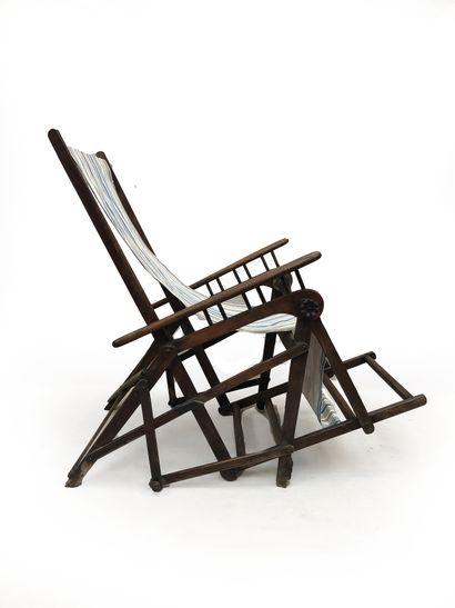 Chaise de pont pliante en bois teinté.  Vers...