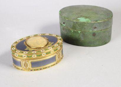 Boîte de prestige de forme ovale en or de trois tons 18K (750°) guillochée et partiellement...