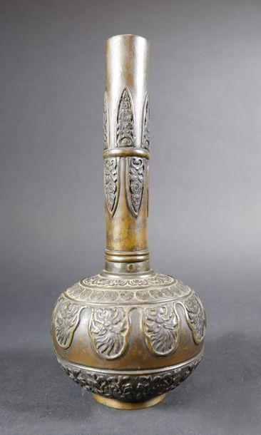 Vase à panse globulaire et long col en bronze...