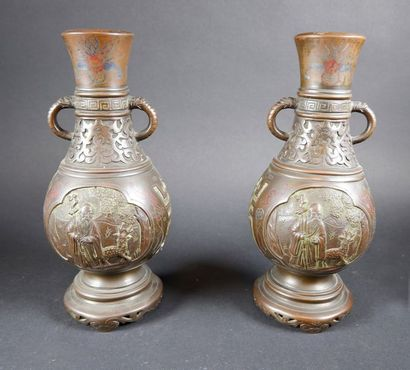 Paire de vases balustre, les anses formées...