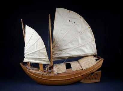 Maquette de jonque en bois exotique (fentes)....