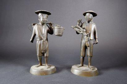Paire de porteurs en bronze. Indochine, XXe...