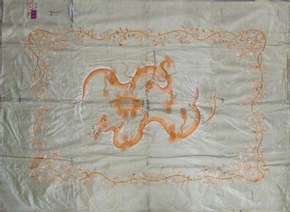 Broderie en soie à décor de dragon dans des...