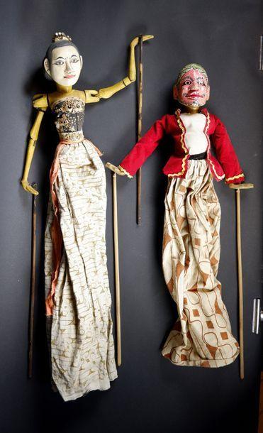 Deux marionnettes à tige en bois sculpté...