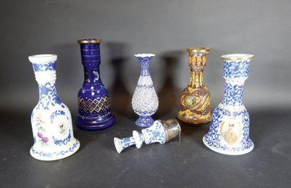 Ensemble comprenant: - quatre vases pour...