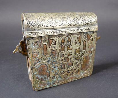 Boîte à Coran en métal ciselé de rouelles....