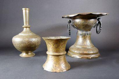 Brûle-parfum à deux anses en métal ciselé...