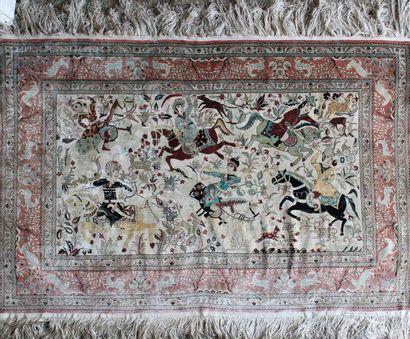 Tapis de soie à motif de chasse persane....