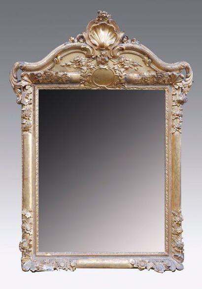 Miroir à fronton en bois et stuc doré, mouluré...