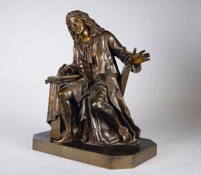 École Française du XIXe siècle Molière assis. Épreuve en bronze à patine brun clair...