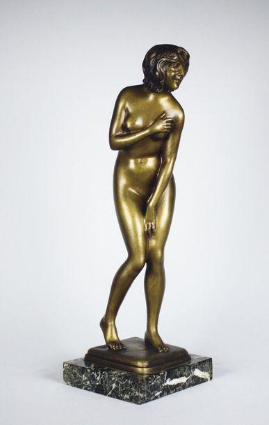 Paul DARBEFEUILLE (1852-1933) La frileuse. Epreuve en bronze à patine brun clair...