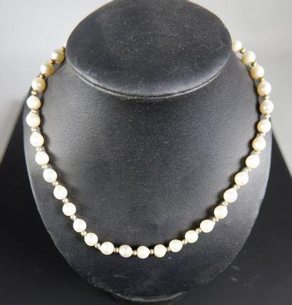 Collier de trente-huit perles de culture...