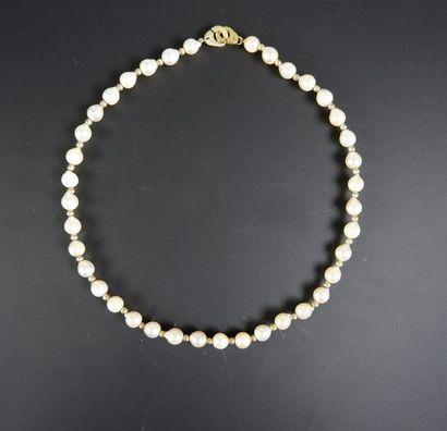 Collier de trente-huit perles de culture alternées de perles godronnées en or jaune...