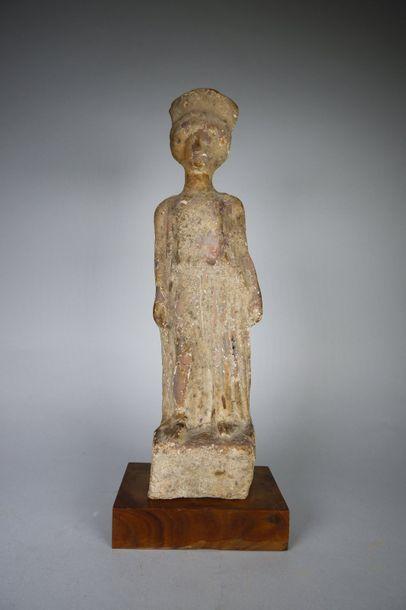 Statuette de femme debout sur une base, vêtue...