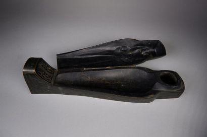 Encrier en bronze à patine brune formant un sarcophage ouvrant par deux compartiments....
