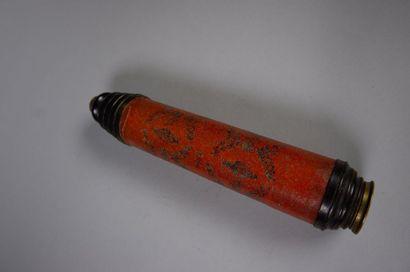 Longue-vue en bois. Gainage de parchemin et cuir rouge à décor estampé de guirlandes...