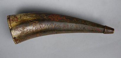 Corps de pulvérin en corne à décor gravé...