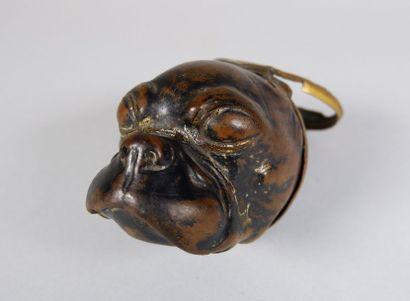 Tabatière en bois sculpté d'une tête de bouledogue....