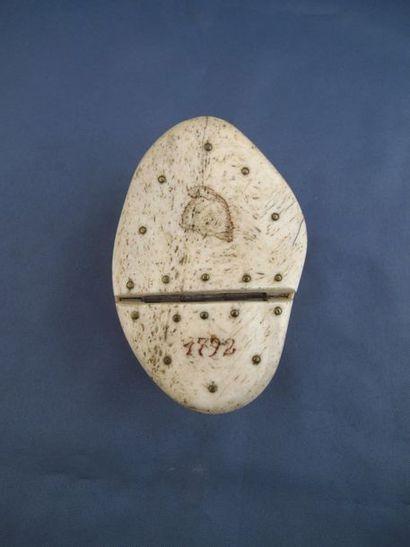 Rare boîte révolutionnaire en os gravé sur le couvercle d'un bonnet phrygien et...
