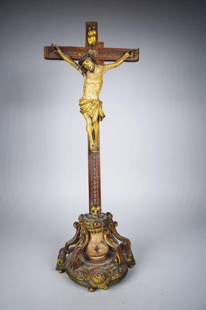 Christ en bois sculpté et patiné. Probablement...