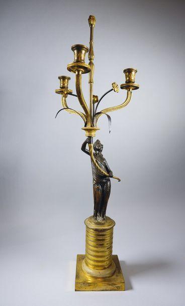 Candélabre à trois bras de lumière en bronze...