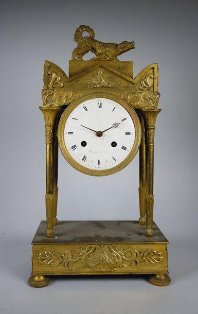 Pendule portique en bronze doré à quatre...