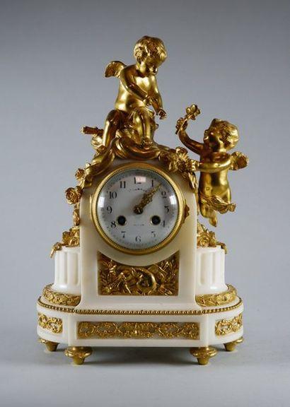 Pendule borne en marbre blanc et bronze doré....
