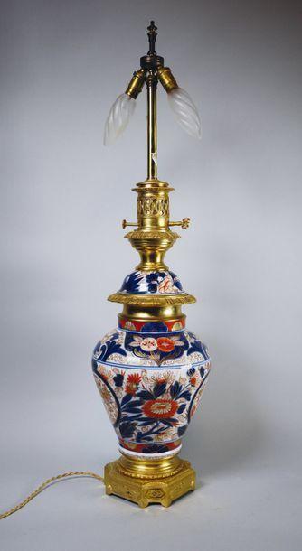 Lampe à pétrole en porcelaine Imari à décor...