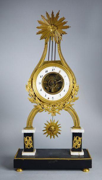 Pendule squelette en forme de lyre en marbre...