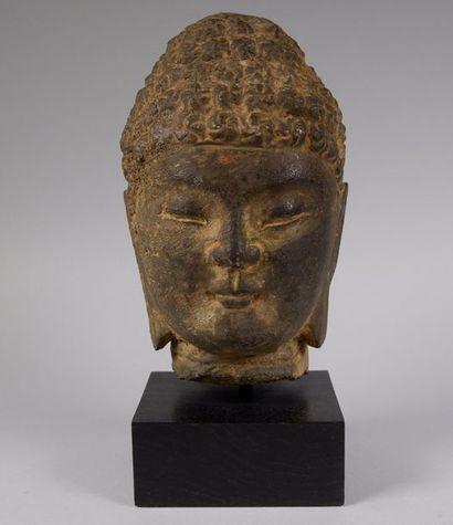 Tête bouddhique en pierre dure gris sombre....